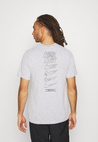 Nike Performance - DRY TEE - T-shirt con stampa - white/pewter grey - 2