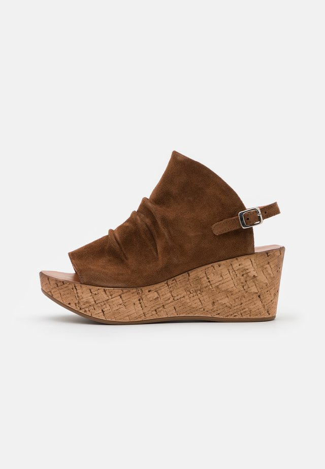 MONACO - Sandały na platformie - brown