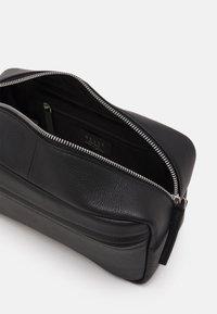 Still Nordic - CITY TOILETRY UNISEX - Wash bag - black - 2