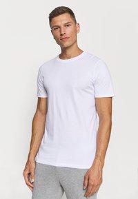 Jack & Jones - JACBASIC TEE CREW NECK 4 PACK - Nachtwäsche Shirt - white/black - 1