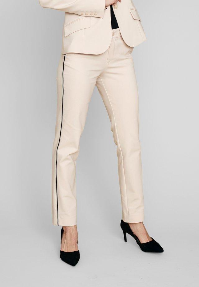 MIT ELEGANTEN ZIERSTREIFEN - Trousers - beige