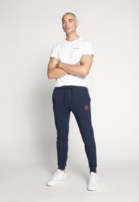 Jack & Jones - JJIGORDON JJSHARK PANTS  - Trainingsbroek - navy blazer - 2
