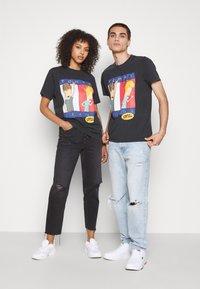 Tommy Jeans - ABO TJU X BEAVIS TEE UNISEX - T-Shirt print - blackout - 1