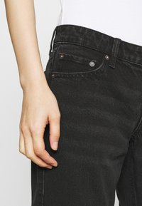 Weekday - ARROW LOW - Straight leg jeans - washed black - 3