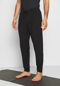 Curare Yogawear - MENS LONG PANTS - Pantalones deportivos - black - 0