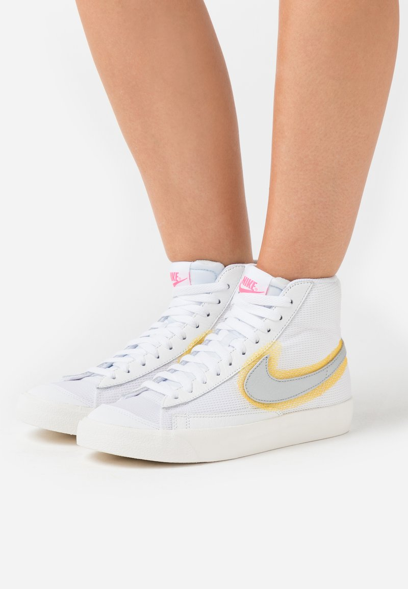 Nike Sportswear - BLAZER 77 - Baskets montantes - white/metallic sliver/university gold