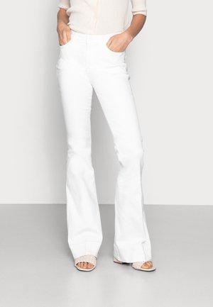 JANE BLWHITE - Flared Jeans - white