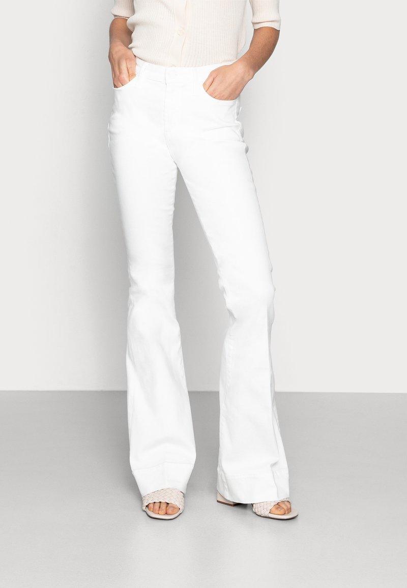 Denham - JANE BLWHITE - Široké džíny - white