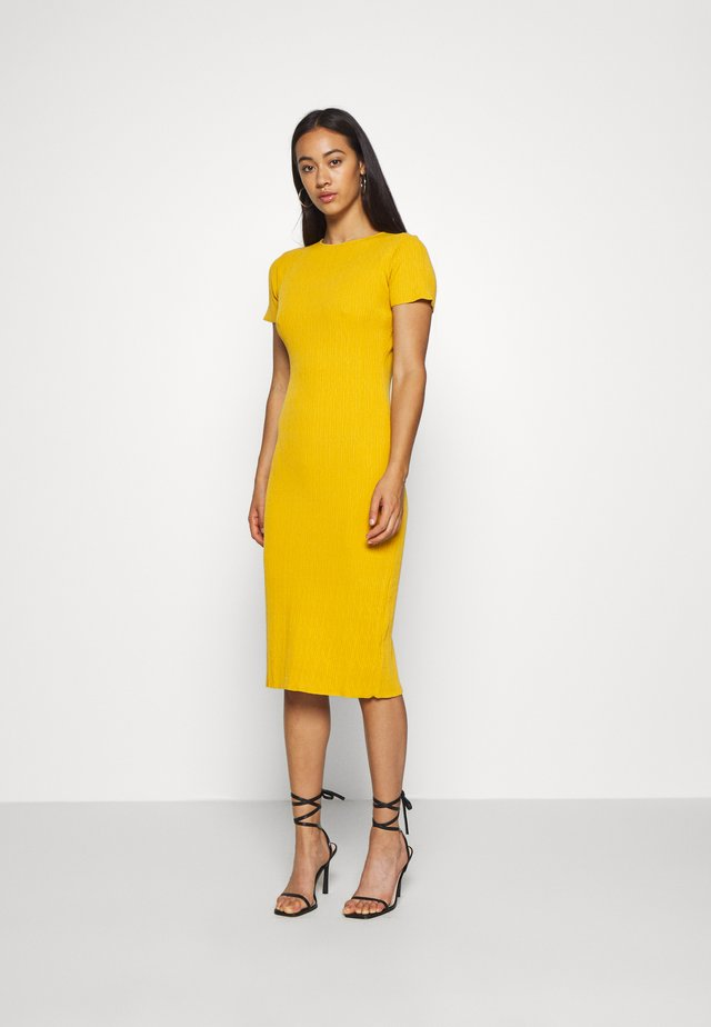 TEXTURED CUT OUT BACK DRESS - Neulemekko - mustard