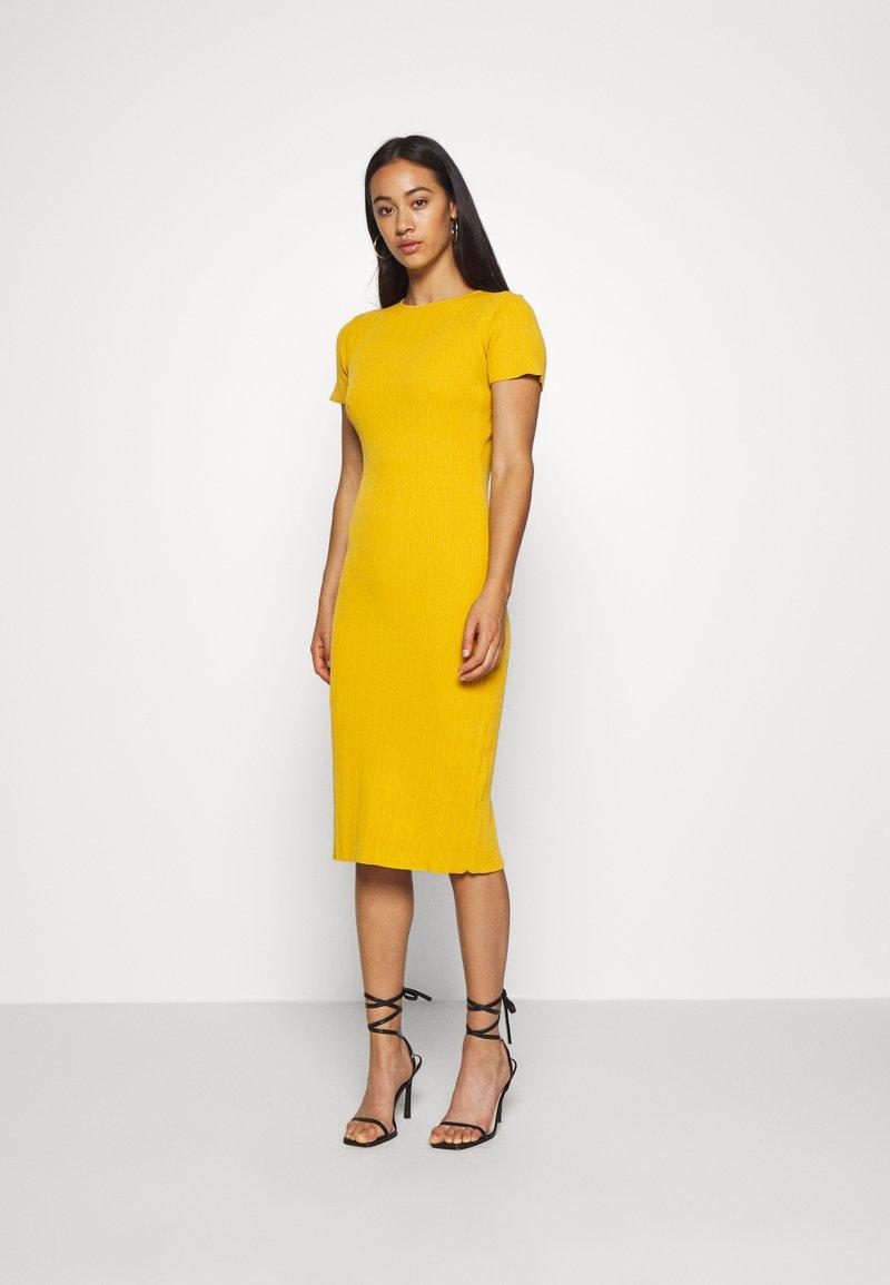 Missguided - TEXTURED CUT OUT BACK DRESS - Jumper dress - mustard
