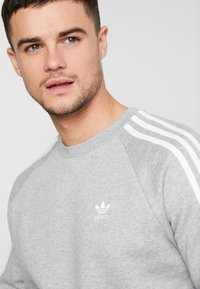adidas Originals - 3 STRIPES CREW UNISEX - Felpa - medium grey heather - 5