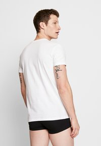 Levi's® - MEN V-NECK 2 PACK - Undershirt - white - 2