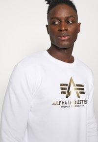 Alpha Industries - BASIC - Sweatshirt - white/yellow gold - 4