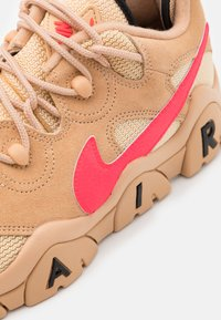 Nike Sportswear - AIR BARRAGE UNISEX - Sneakers basse - tan/laser crimson/white onyx/black - 7