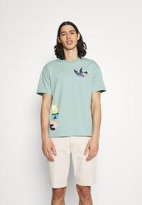 adidas Originals - SURREAL SUMMER - T-shirt imprimé - hazy green - 0