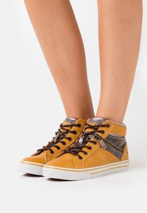 High-top trainers - gelb/beige