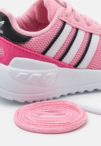 adidas Originals - LA TRAINER LITE UNISEX - Zapatillas - light pink/footwear white/core black - 5