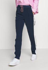 Tommy Jeans - STRIPE DETAIL SMART - Pantalon de survêtement - twilight navy - 0