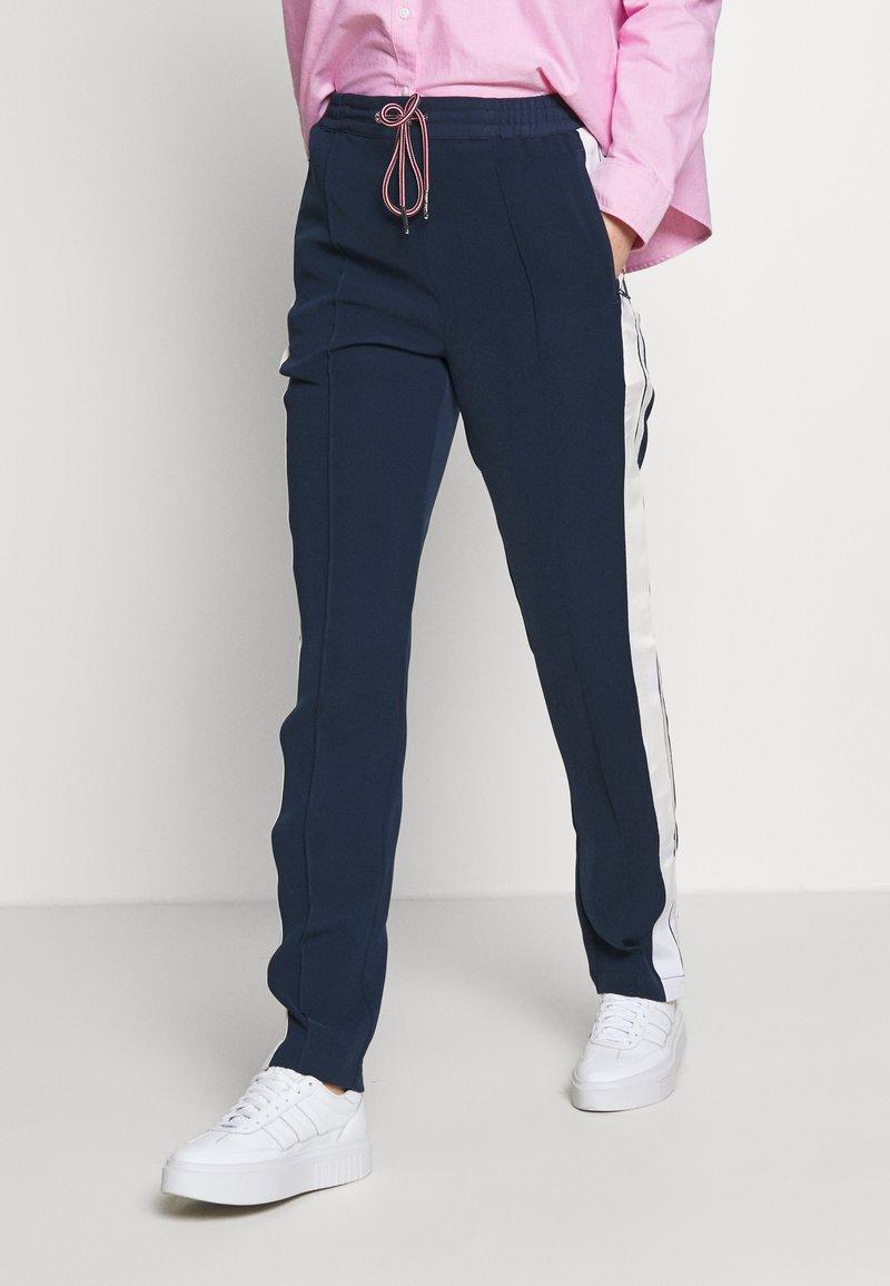 Tommy Jeans - STRIPE DETAIL SMART - Tracksuit bottoms - twilight navy