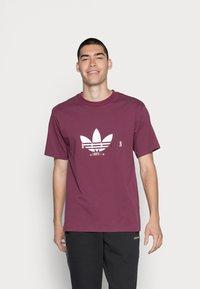 adidas Originals - TREFOIL SCRIPT - T-shirt med print - victory crimson - 0