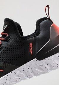 Jordan - REACT ASSASSIN - Basketbalové boty - black/bright crimson/white - 5