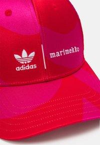 adidas Originals - MARIMEKKO UNISEX - Lippalakki - team real magenta/vivid red - 4