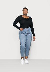 Vero Moda Curve - VMIDA BARREL CUTLINE - Relaxed fit jeans - light blue denim - 1