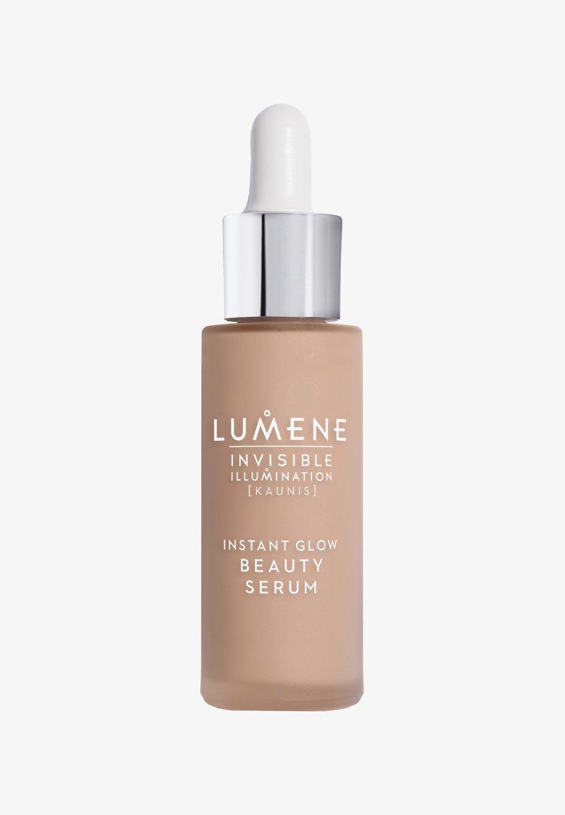Lumene - INSTANT GLOW BEAUTY SERUM 30ML - Foundation - universal dark