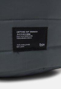 TYPO - UTILITY CARRY ALL CASE UNISEX - Kosmetická taška - welsh slate/khaki - 4