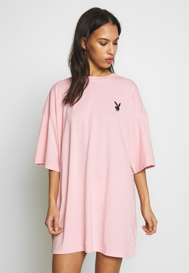 PLAYBOY REPEAT SLOGAN - Jersey dress - pink
