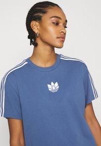 adidas Originals - LOOSE FIT TEE - T-shirts med print - crew blue - 3