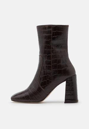 VOICE - Kotníková obuv na vysokém podpatku - marron