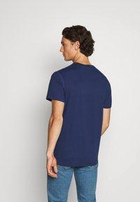 G-Star - WAVY LOGO ORIGINALS ROUND SHORT SLEEVE - Print T-shirt - compact peach/imperial blue - 2