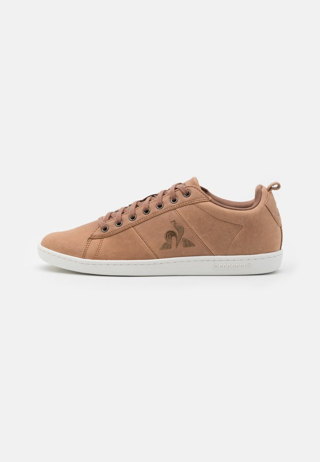 COURTCLASSIC - Sneakers basse - brown