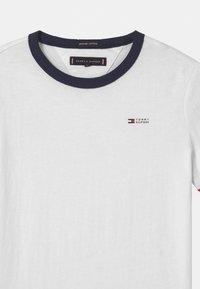 Tommy Hilfiger - RINGER  - T-shirts print - white - 2