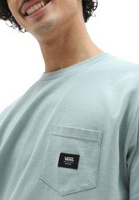 Vans - MN WOVEN PATCH POCKET M - Print T-shirt - abyss - 2