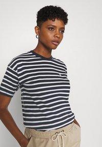 Carhartt WIP - ROBIE - Print T-shirt - dark navy/white - 3