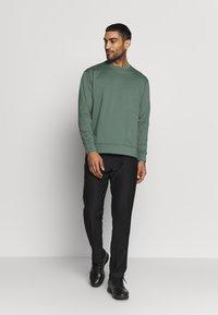Cross Sportswear - MACTIVE CREW NECK - Bluza - laurel green - 1