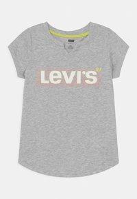 Levi's® - NOTCHED UNISEX - Camiseta estampada - grey - 0