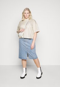 Calvin Klein Jeans Plus - OVERSIZED TEE - Camiseta estampada - soft cream - 1