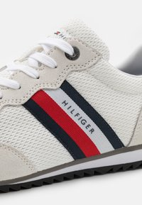 Tommy Hilfiger - ESSENTIAL RUNNER - Trainers - white - 5
