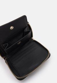 Guess - DESTINY SMALL ZIP AROUND - Peněženka - black - 2