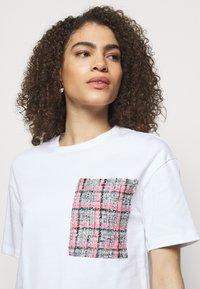 KARL LAGERFELD - BOUCLE POCKE - T-shirt imprimé - white - 3