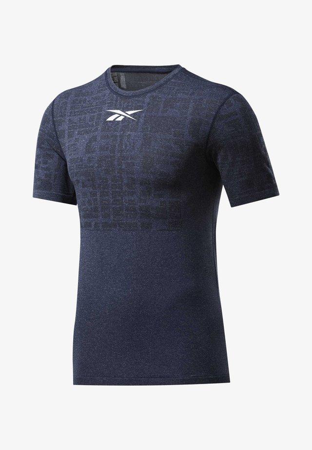 UNITED BY FITNESS MYOKNIT T-SHIRT - Camiseta estampada - vector navy