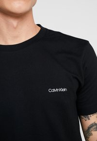 Calvin Klein - CHEST LOGO - T-shirt - bas - black - 5