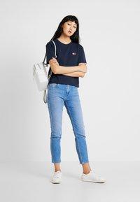 Tommy Jeans - BADGE TEE - Basic T-shirt - black iris - 1
