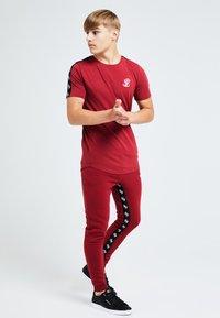 Illusive London Juniors - ILLUSIVE LONDON GRAVITY - Basic T-shirt - red - 1