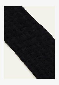 schwarz - 8804 - black geometric motif