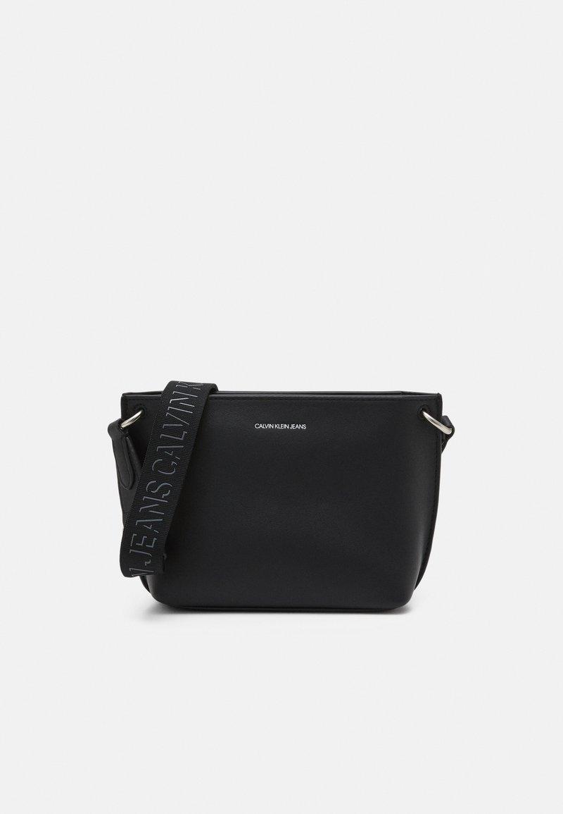 Calvin Klein Jeans - TRAPEZOID SHADOW CAMERA POUCH - Taška spříčným popruhem - black