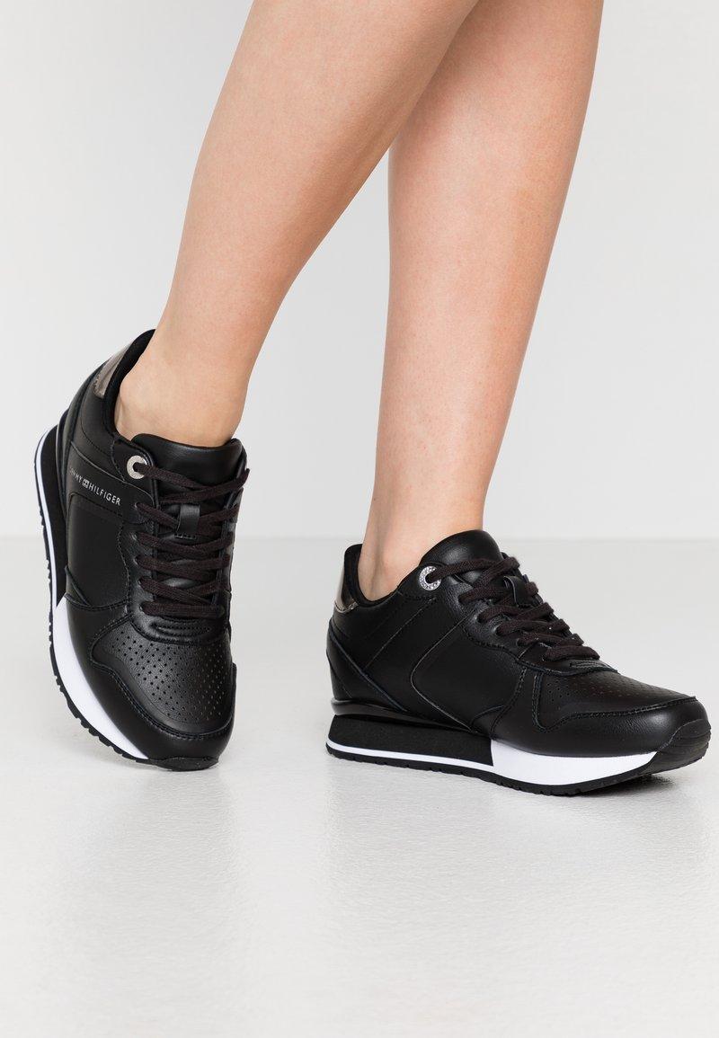 Tommy Hilfiger - DRESSY WEDGE  - Sneakersy niskie - black